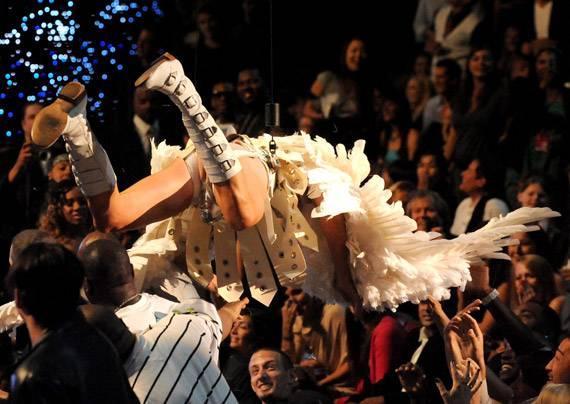 /content/ontv/movieawards/2009/photo/flipbook/09-show-highlights/angel-wings-bruno-eminem-88087329.jpg