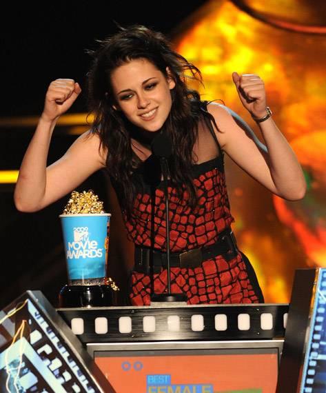 /content/ontv/movieawards/2009/photo/flipbook/09-show-highlights/kristen-stewart-wins-best-actress-88087837.jpg