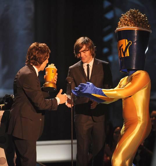 /content/ontv/movieawards/2009/photo/flipbook/09-show-highlights/ben-stiller-zac-efron-popcorn-man-88088009.jpg