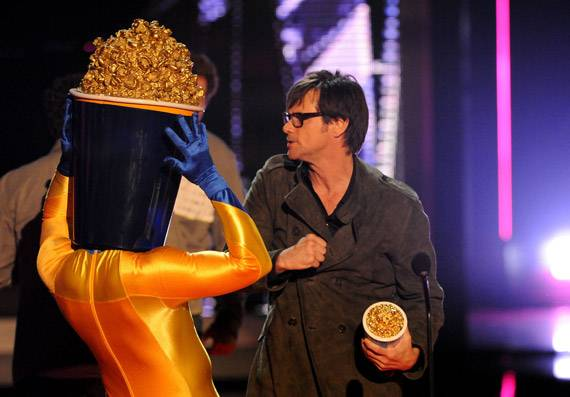 /content/ontv/movieawards/2009/photo/flipbook/09-show-highlights/popcorn-man-jim-carrey-88088340.jpg