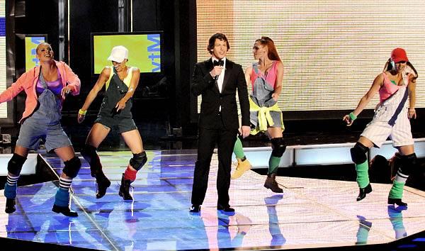 /content/ontv/movieawards/2009/photo/flipbook/09-show-highlights/HostAndy_Kevin_57574400_Max.jpg