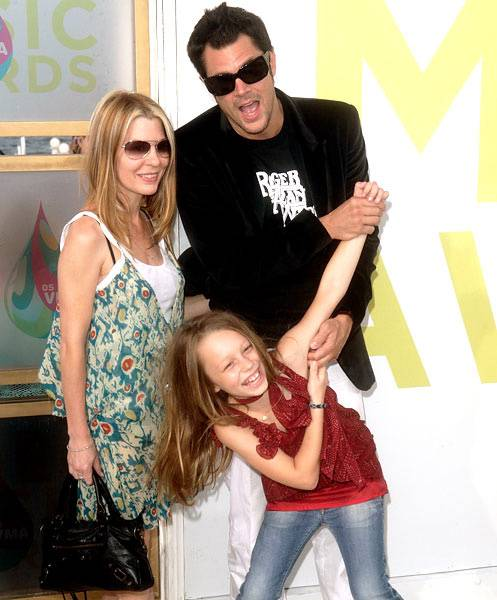 'Jackass' host and star Johnny Knoxville walks the Red Carpet with a lady on each arm at the 2005 MTV Video Music Awards.