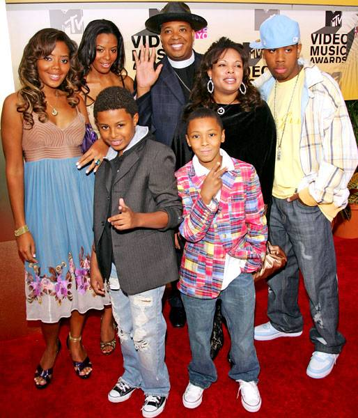 After inviting the world into their family on 'Run's House,' Rev Run and his brood have friends wherever they go, including the 2006 MTV Video Music Awards.