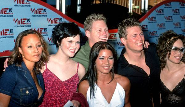 The cast of 'Real World: Back To New York' Coral, Rachel, Kevin, Lori, Mike, and Nicole reunite on the red carpet at the 2001 MTV Video Music Awards