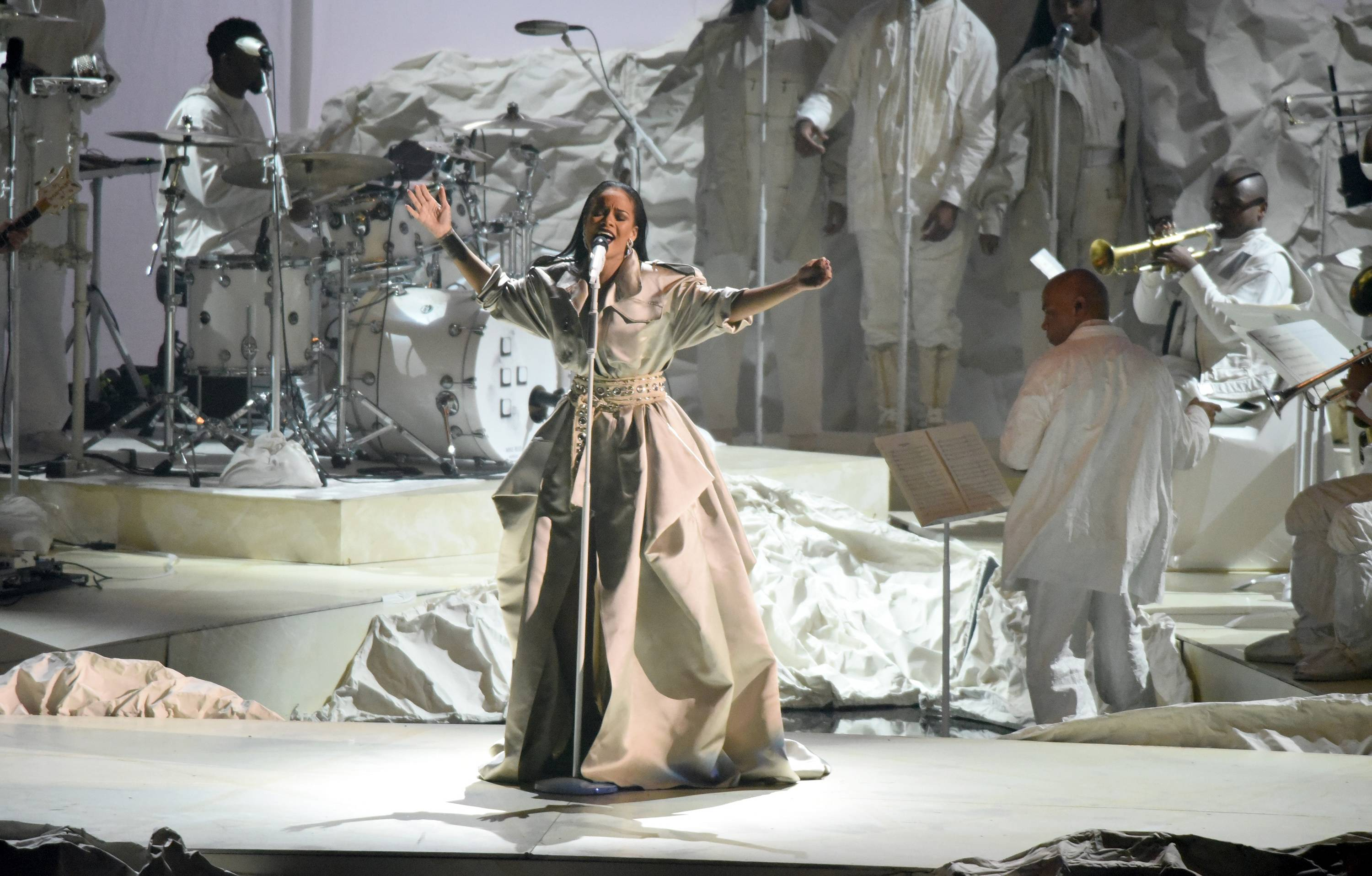 """In her final show-stopping set of the evening, Rihanna, clad in all white belts out her most memorable ballads, including """"Rihanna """"Stay / Love On The Brain / Diamonds"""" at the 2016 VMAs."""