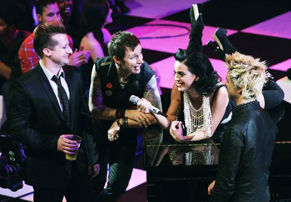 /content/music/ema/2009/photos/show-highlights/92806128-katy-perry-green-day.jpg