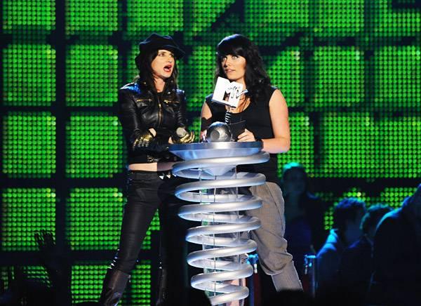/content/music/ema/2009/photos/show-highlights/juliette-lewis-gillian-deegan-92806534.jpg