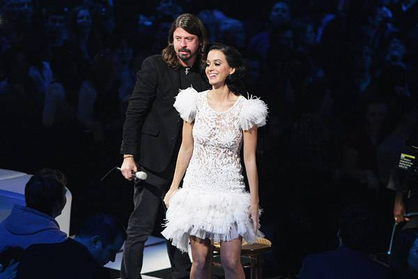 /content/music/ema/2009/photos/show-highlights/katy-perry-dave-grohl-92809848.jpg