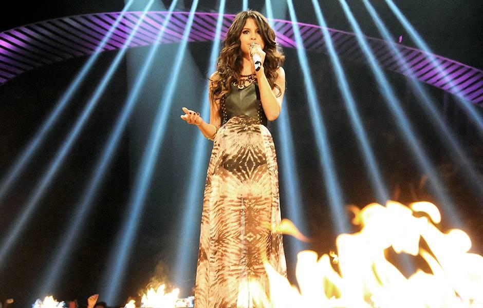 EMA 2011 | Past Hosts Selena Gomez | 940x600