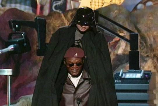 /content/ontv/movieawards/retrospective/photo/flipbooks/most-memorable-movie-awards-moments/1999-samuel-l-jackson-jake-lloyd-best-villian.jpg