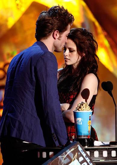 Movie & TV Awards 2009 | Lip Lock Flipbook Robert Pattinson/Kristen Stewart | 389x550