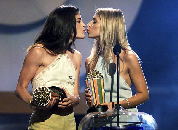 Movie & TV Awards 2000 | Lip Lock Flipbook Selma Blair & Sarah Michelle Gellar | 600x437