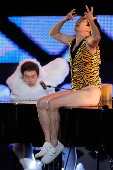 /content/ontv/movieawards/2010/photo/flipbook/10-show-highlights/ed-helms-ken-jeong-getty101671845.jpg