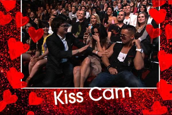 /content/ontv/movieawards/2010/photo/flipbook/10-show-highlights/clark-duke_kiss_pres_mtv.jpg