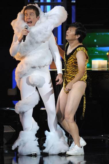 /content/ontv/movieawards/2010/photo/flipbook/10-show-highlights/ken-jeong-ed-helms-pg199878.jpg