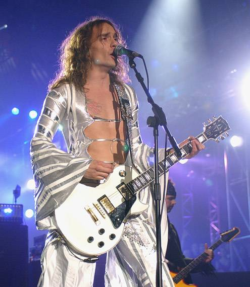 EMA 2002   Showstopping Performances Justin Hawkins   495x570
