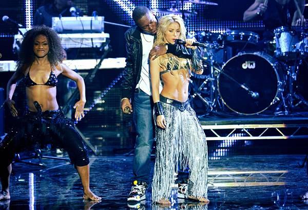 /content/music/ema/2010/photos/flipbooks/show-highlights/shakira-dizzee-rascal-106615836.jpg