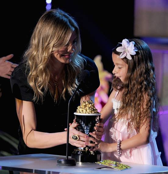 /content/ontv/movieawards/2011/photo/flipbooks/11-show-highlights/cameron-diaz-alexys-nycole-sanchez-getty115270577.jpg