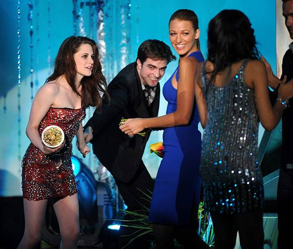 /content/ontv/movieawards/2011/photo/flipbooks/11-show-highlights/kirsten-stewart-robert-pattinson-blake-lively-pg_450576.jpg