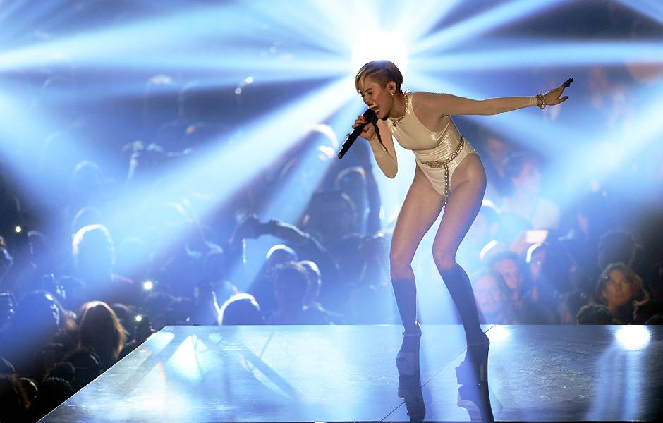 EMA 2013   Showstopping Performances Miley Cyrus   940x600