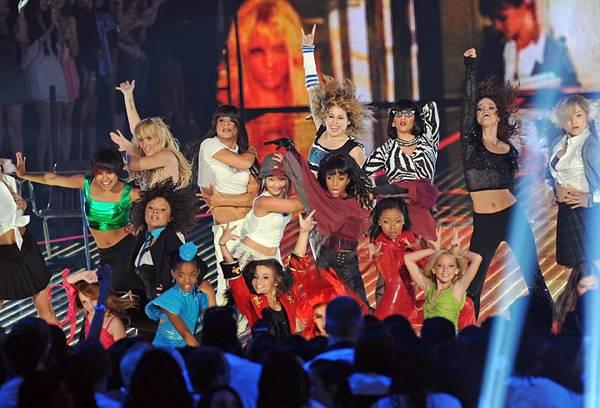 /content/ontv/vma/2011/photos/flipbooks/11-show-highlights/britney_spears_dancers_getty122748493.jpg