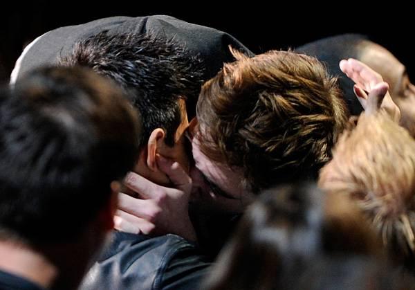 /content/ontv/movieawards/retrospective/photo/flipbooks/most-memorable-movie-awards-moments/2011-taylor-lautner-robert-pattinson-kiss-115270118.jpg