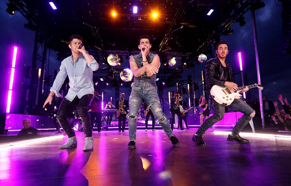 The Jonas Brothers' performance has every girl in the crowd swooning at the 2019 VMAs.