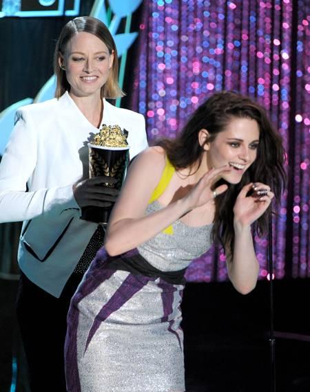 /content/ontv/movieawards/2012/photo/flipbooks/12-show-highlights/jodie_foster_kristen_stewart_getty145701401.jpg