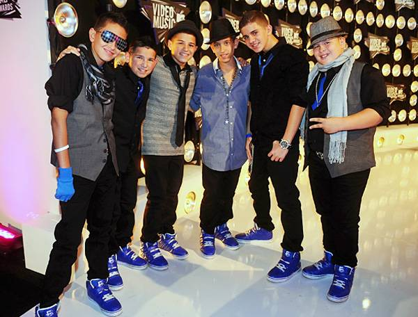 'America's Best Dance Crew''s ICONic Boyz show off their coordinating kicks on the 2011 VMA red carpet.