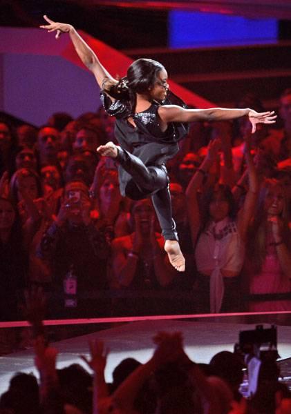 /content/ontv/vma/2012/photos/flipbooks/12-show-highlights/gabby_douglas_getty151390992.jpg