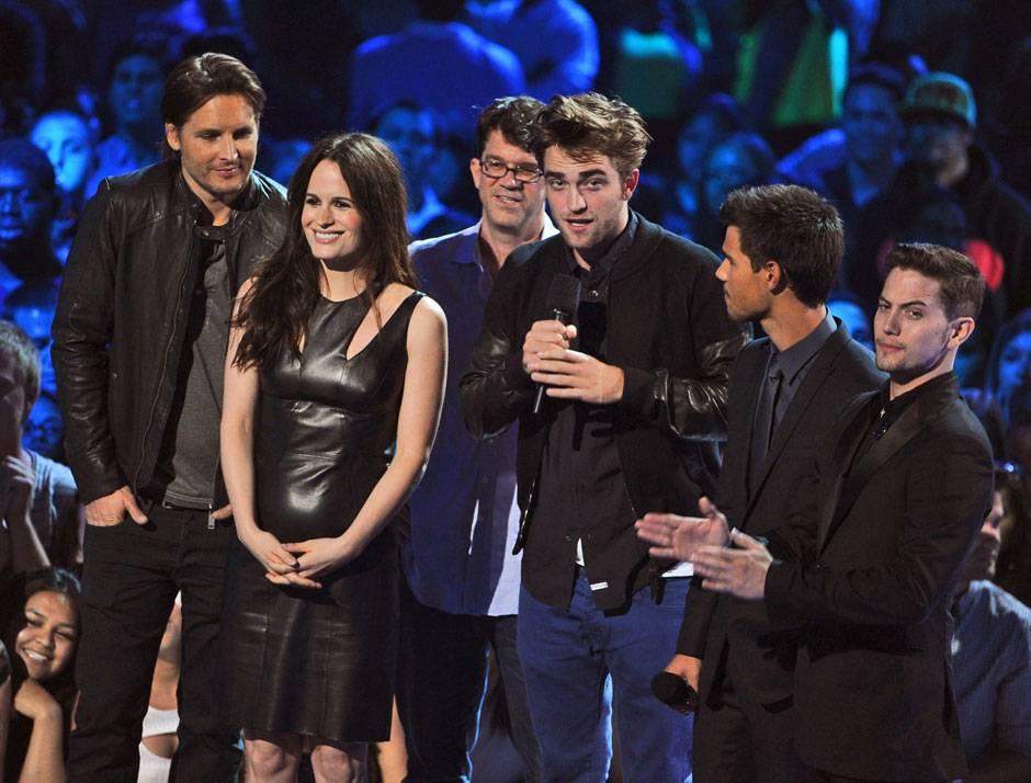 /content/ontv/vma/2012/photos/flipbooks/12-show-highlights/robert_pattinson_twilight_cast_getty151393571.jpg
