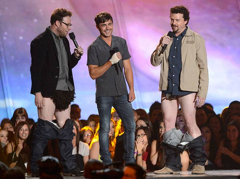 /content/ontv/movieawards/2013/photo/flipbooks/13-show-highlights/recropped/seth-rogen-zac-efron-danny-mcbride-getty166647472.jpg
