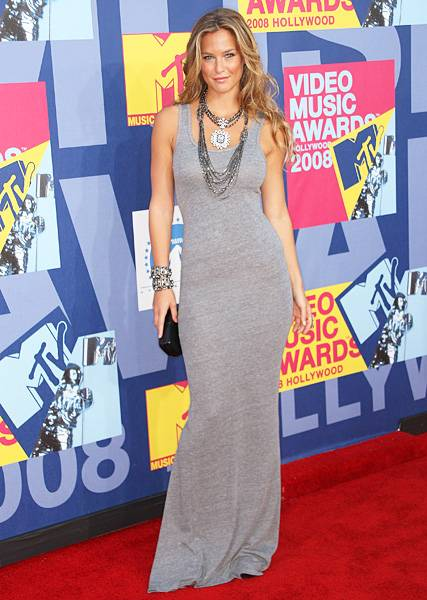 'House of Style' host Bar Refaeli is smokin' hot in a long grey gown on the red carpet at the 2009 MTV Video Music Awards.