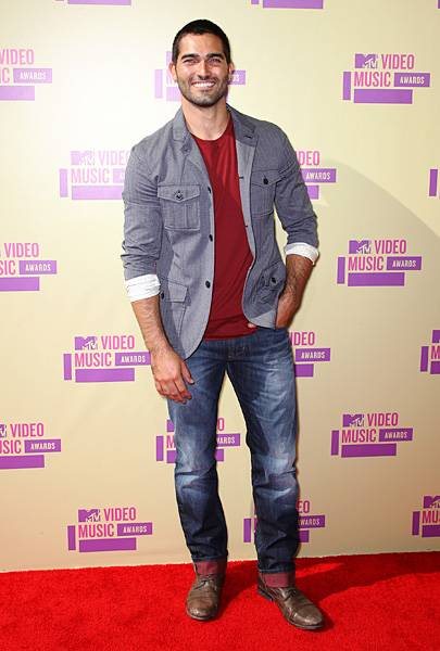 'Teen Wolf' star Tyler Hoechlin's laid-back look is equal parts rugged and handsome at the 2012 Video Music Awards.