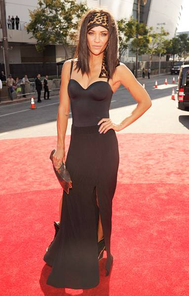 Jessica Szhor is sleek and sophisticated in black fitted tank and flowing skirt on the 2012 VMA red carpet.