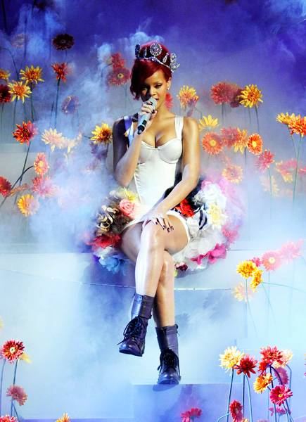 EMA 2010   Showstopping Performances Rihanna   435x600