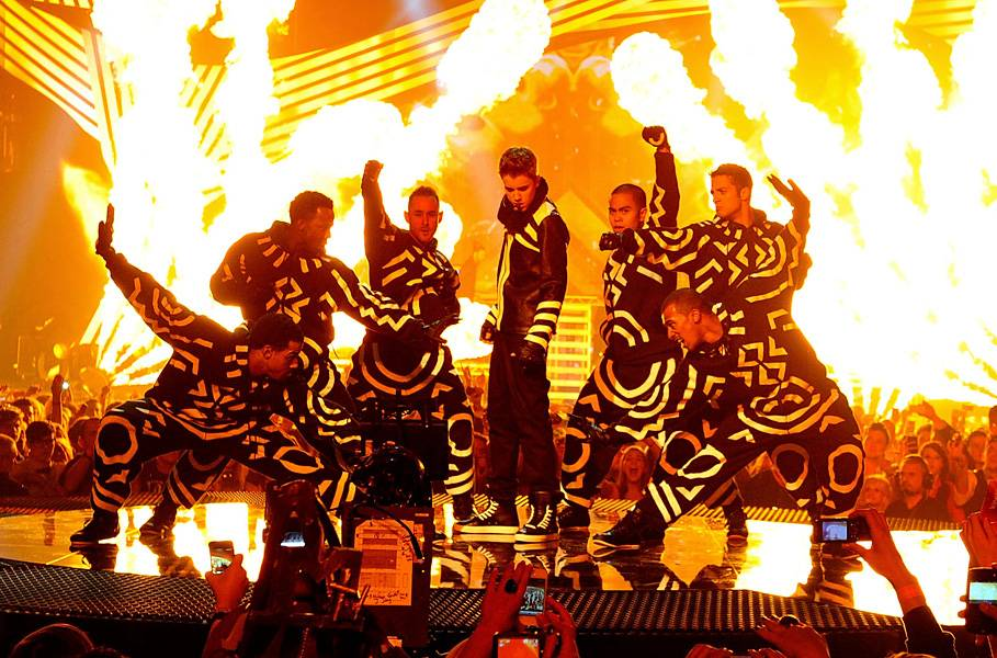 EMA 2011   Showstopping Performances Justin Bieber   909x600