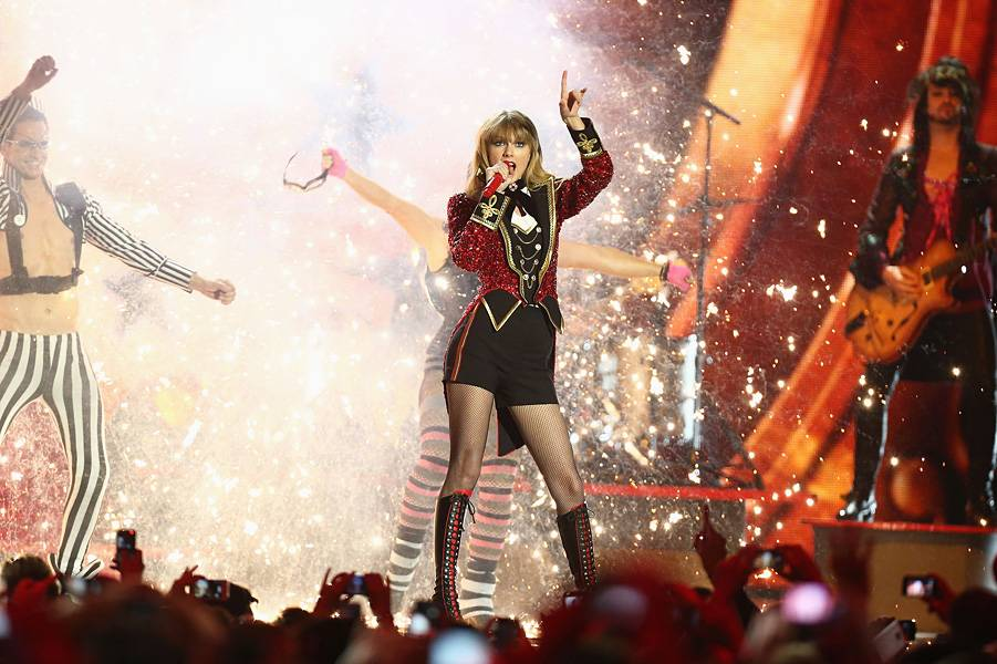 EMA 2012   Showstopping Performances Taylor Swift   901x600