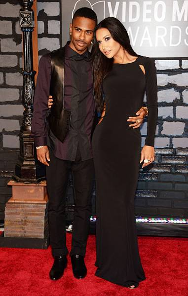 Nothing's sweeter than seeing sweethearts Big Sean and Naya Riviera cuddled up and matching in all black on the 2013 VMAs red carpet.
