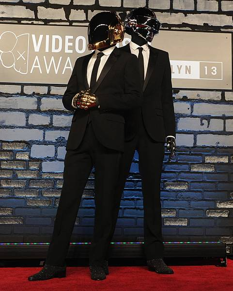 Daft Punk knows how to make all black look all good. From their heads to their toes, they dazzle and shine in dark hues on the 2013 VMAs red carpet.