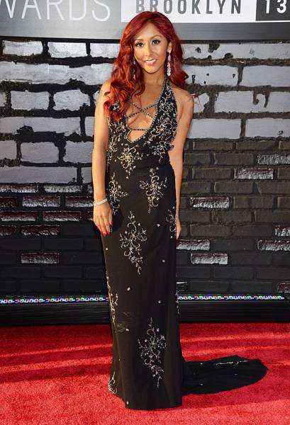 """Nicole """"Snooki"""" Polizzi stuns on the 2013 VMA red carpet in a glamorous black dress decked out in sparkles."""