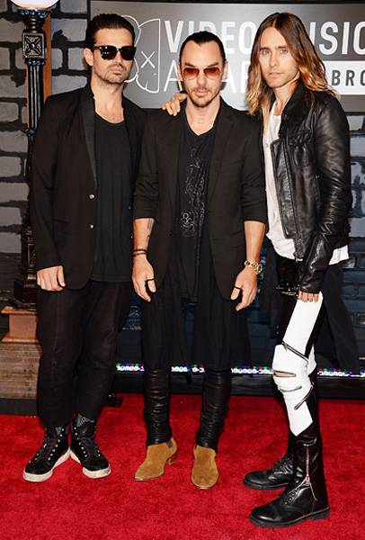 The rockers of Thirty Seconds To Mars keep it cool and casual in dark tones for the 2013 VMA red carpet.