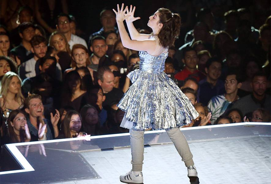 """At the 2017 VMAs, the goddess Lorde chose not to sing due to the flu, but still blew up the stage with her epic dance moves to """"Homemade Dynamite."""""""