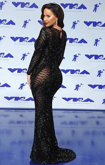 During the 2017 VMA red carpet, Model Amber Rose traded in her signature platinum hairstyle for a new brunette look while wearing a gorgeous sparkling gown.