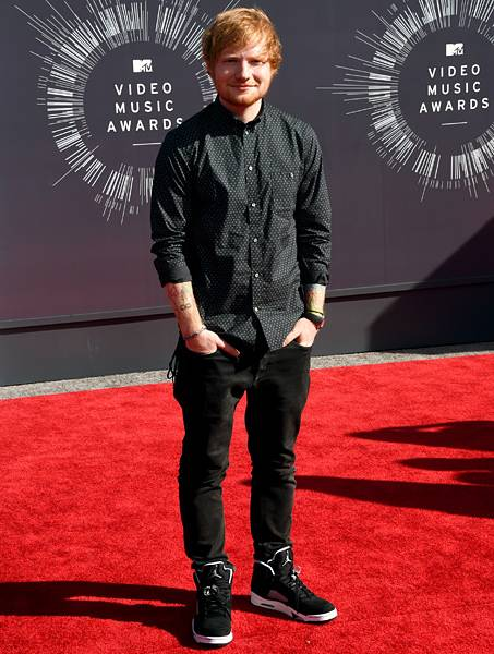 Ed Sheeran brings his casual-cool style to the 2014 VMA red carpet in a chill all-black 'fit.