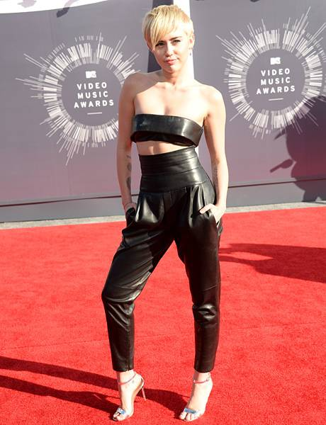 Miley Cyrus rocks the 2014 VMA red carpet in fierce black leather pants coupled with a matching bandeau top.