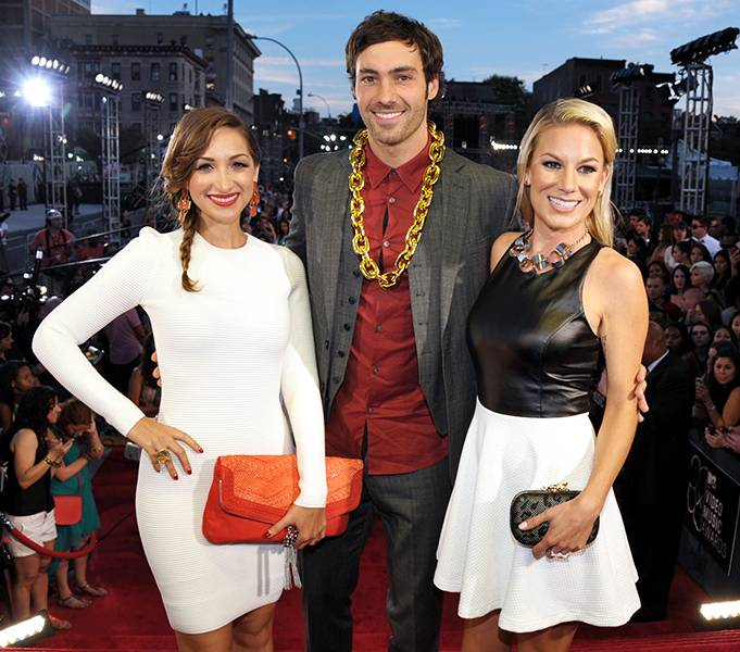'Girl Code' ladies Jamie Lee and Jessimae Peluso team up with 'Money From Strangers' funnyman Jeff Dye at the 2013 MTV Video Music Awards for a cute photo-op.