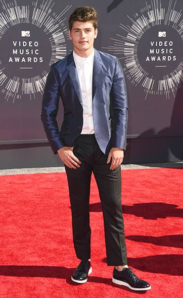 'Faking It' hunk Gregg Sulkin proves he isn't afraid to be black and blue on the 2014 MTV Video Music Awards red carpet.