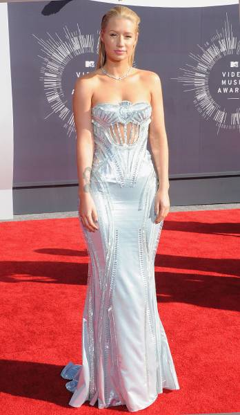 Iggy Azalea, 'House Of Style' host extraordinaire, shimmers her way down the the 2014 MTV Video Music Awards red carpet in an eye-catching silver gown.