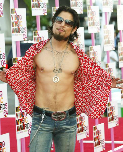08.29.2004, Miami, Fl: Just because his shirt comes with buttons doesn't mean Dave Navarro had any intention of using them at the 2004 VMAs.
